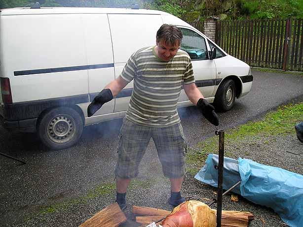Jan Franěk při přípravě mrtvého zvířete